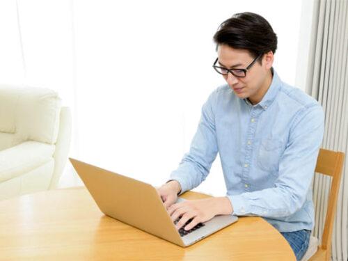 ブログを参考に情報収集する男性